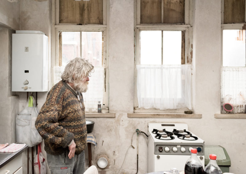 Martin in the kitchen of an old school, where his friend lives. His friend has bought the school 25 years ago, but then there was no money to maintain the large building.Martin takes care of his friend, since she suffers from long cancer. They live in difficult circumstances. No central heating, leaking roof, no shower and they live and sleep in 1 room. The rest of the school is full with trash. Windows are broken and covered with wood.